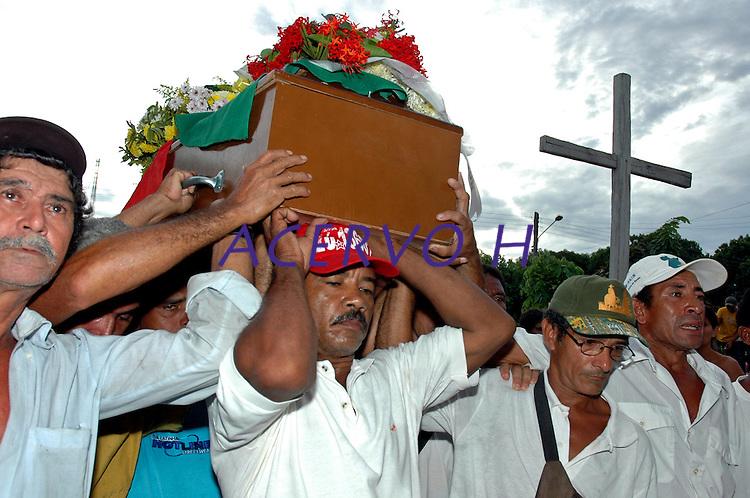 O corpo da missionária americana chega  de  Altamira  para  ser lenterrado em Anapú. .<br /> Anapú, Pará, Brasil<br /> 14/02/2005<br /> Foto Paulo Santos
