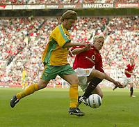 Fotball<br /> Foto: SBI/Digitalsport<br /> NORWAY ONLY<br /> <br /> Manchester United v Norwich<br /> 21.08.2004<br /> <br /> United's Alan Smith challenges Norwich's Adam Drury
