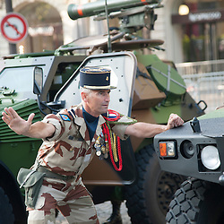 Sous-officier de l'armée de terre guidant le stationnement d'un véhicule léger sur l'avenue des Champs Elysées à l'occasion des célébrations de la fête nationale.<br /> 14 juillet 2013, Paris (75)