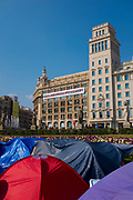 Free Political Prisoners banner and protest camp at Placa de Catalunya, Barcelona, Catalonia on Thursday February 22nd, in support of to the politicians and civil society leaders jailed by the Spanish government-control courts, following the October 1st Catalan independence referendum, and the declaration of independence.  <br /> <br /> The banner - put up by civil society group Omnium - was taken down on February 23 following demands to the mayor from members of Spanish Prime Minister Rajoy's PP party.