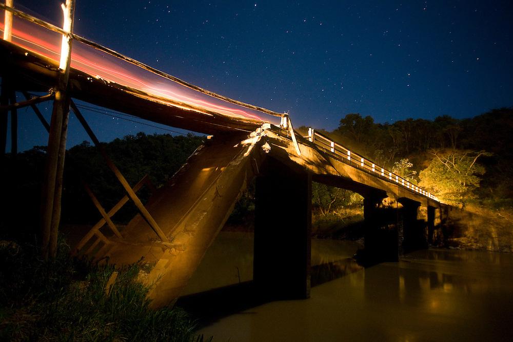Bom Despacho_MG, Brasil...Ponte improvisada sobre um rio em Bom Despacho, Minas Gerais..Makeshift bridge over a river in Bom Despacho, Minas Gerais..Foto: LEO DRUMOND / NITRO