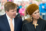 Koning Willem-Alexander en koningin Maxima bezoeken  het festival Lang Leve de Club in Zwolle. Het Nationaal Comite 200 jaar Koninkrijk organiseert het festival om het recht op vrijheid van vereniging en vergadering te vieren. <br /> <br /> King Willem - Alexander and Queen Maxima visit the festival Long Live Club in Zwolle. The National Committee 200 years Kingdom organizes the festival to celebrate the right to freedom of association and assembly<br /> <br /> op de foto / On the photo:  Koning Willem Alexander en Koningin Maxima gaan in gesprek met Woonzorgcentrum IJsselheem Zwolle Doet<br /> <br /> <br /> King Willem Alexander and Queen Maxima engage with Woonzorgcentrum IJsselmeer Heem Zwolle Does