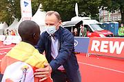 Marathon: Haspa Hamburg 2021, Hamburg, 12.09.2021<br /> Sieger Martin Musau (Uganda) und Innensenator Andy Grote<br /> © Torsten Helmke