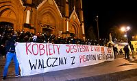 Bialystok, 27.10.2020. Czarny Spacer kolejny protest kobiet w centrum Bialegostoku. Wg szacunkow policji wzielo w nim udzial ok. 8 tys osob N/z pod katedra zebrala sie duza grupa narodowcow i kibicow Jagiellonii, ktorzy trzymali transparent z zapewnieniem wsparcia dla kobiet i wspolnej walki z PiS. Po kilkunastu minutach transparent w pospiechu zwineli fot Michal Kosc / AGENCJA WSCHOD