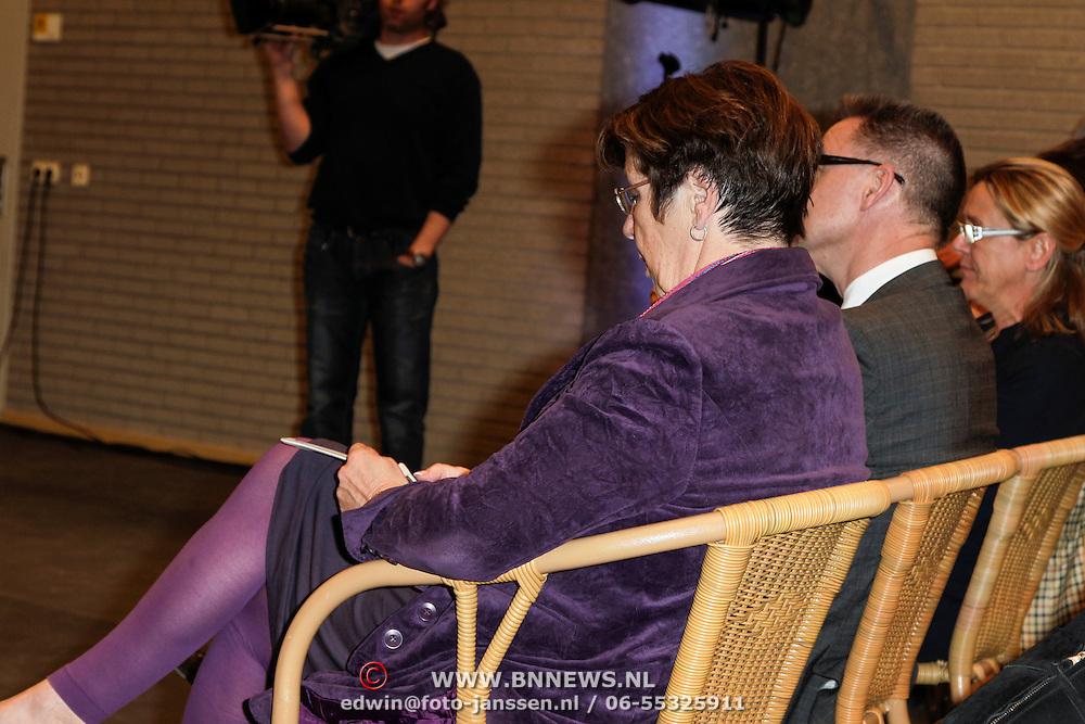 NLD/Almere/20120411 - Persviewing Buch in de Bajes, Annemarie Jorritsma met haar telefoon terwijl iedereen hem moest inleveren