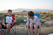 Barbara  Buatois en Andrea Gallo (links) tijdens de vijfde racedag. In Battle Mountain (Nevada) wordt ieder jaar de World Human Powered Speed Challenge gehouden. Tijdens deze wedstrijd wordt geprobeerd zo hard mogelijk te fietsen op pure menskracht. De deelnemers bestaan zowel uit teams van universiteiten als uit hobbyisten. Met de gestroomlijnde fietsen willen ze laten zien wat mogelijk is met menskracht.<br /> <br /> In Battle Mountain (Nevada) each year the World Human Powered Speed ??Challenge is held. During this race they try to ride on pure manpower as hard as possible.The participants consist of both teams from universities and from hobbyists. With the sleek bikes they want to show what is possible with human power.