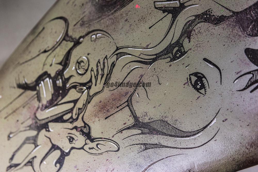 SUP ART ist die Symbiose des trendigen Sports SUP (Stand Up Paddling) und Street Art. Street Art, die bisher primär mit Skateboarding, Breakdance und Hip Hop im Zusammenhang stand, erhält ein neues Fundament. Sie bewegt sich weg von der Senkrechten und dem Beton in die instabile Horizontale des Wassers. Neun Künstler verwandeln je ein ausgemustertes Board in Kunst. DIe Vernissage findet am 16. Mai statt. <br /> <br /> SUP ART schenkt neun ausgemusterten Boards der Schweizer Marke Indiana SUP ein zweites Leben. Die von der Firma Gearloose in Erlenbach sorgfältig restaurierten und wassertauglich gemachten Boards werden von Streetart Künstlerinnen und Künstlern frei gestaltet. Die Ausstellung wird mit einer Vernissage am 16. Mai lanciert. <br /> <br /> Veredelung statt Entsorgung <br /> SUP ART ist auch ein Nachhaltigkeitsprojekt: 10% der Einnahmen kommen der Surfrider Foundation zugute, die weltweit Ozeane, Wellen und Strände schützt und reinigt. Und die ausgemusterten Boards, die künstlerisch aufgewertet werden, bleiben in einem neuen Kontext erhalten. Ob die Boards in ihrem zweiten Leben Räume schmücken oder wieder als Wassersportobjekt eingesetzt werden liegt dabei im Ermessen der Käuferin / des Käufers. Auf Wunsch werden die Boards von der Firma Gearloose, nach der Ausstellung wasserfest laminiert.               <br /> <br /> Initiantin und Kuratorin von SUP ART, Mabel Eugster, Innenarchitektin und Lebenskünstlerin, hat SUP vor rund fünf Jahren entdeckt. Sie bietet im Sommer SUP YOGA auf dem Zürichsee an. (Supyogazuerich.ch) Am Pazifik aufgewachsen, ist sie ein Kind des Wassers. Auch Kunst begleitet die gelernte 3D-Polydesignerin sie seit Ihrer Jugend. Die verpönte Graffitibewegung Ende der 80er Jahre hat sie hautnah erlebt – und war fasziniert: «Versprayte Wände haben mich schon immer angezogen. Das Leuchten der Farben und die neuen Räume, die durch die Bilder entstehen, sind wunderschön – und immer Unikate..» <br /> <br /> Eugster will in der Wegwerfgesellschaft
