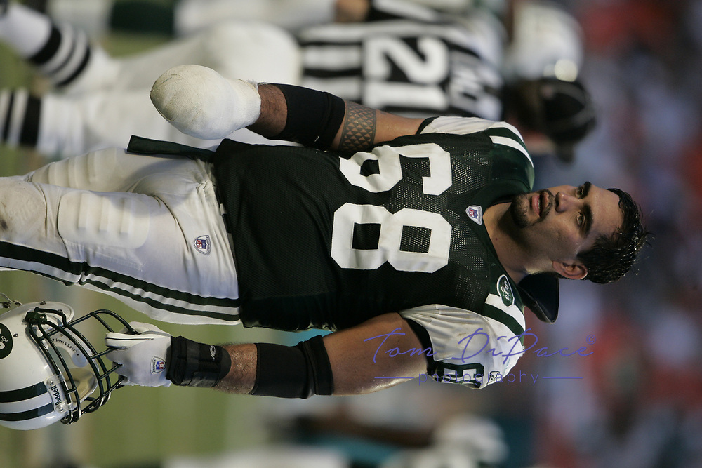 NY Jets Kevin Mawae plays in an NFL game against the Miami Dolphins.<br /> (Tom DiPace)
