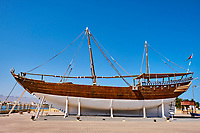Sultanat d'Oman, gouvernorat de Ash Sharqiyah, le port de Sur, le village de pêcheurs de Ayjah, dhow en bois traditionnel en construction dans un chantier naval // Sultanate of Oman, Al Sharqiya Region, Ayjah harbour in Sur, dhow in construction in shipyard