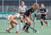 AMSTELVEEN -  Sosha Benninga (Amsterdam) met Floor Hoogers (Oranje Rood)  tijdens de hockey hoofdklasse competitiewedstrijd  dames, Amsterdam-Oranje Rood (3-0).  COPYRIGHT KOEN SUYK