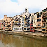 Europe, Spain, Girona. The Onyar River running through Girona.
