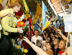 A candidata ao governo do Estado do RS Yeda Crusius recebe flores durante almoço de confraternização e apoio à candidatura YEDA 45 . FOTO: Jefferson Bernardes/Preview.com