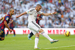 25.10.2014, Estadio Santiago Bernabeu, Madrid, ESP, Primera Division, Real Madrid vs FC Barcelona, 9. Runde, im Bild Real Madrid´s Karim Benzema (R) and Barcelona´s Mascherano // during the Spanish Primera Division 9th round match between Real Madrid CF and FC Barcelona at the Estadio Santiago Bernabeu in Madrid, Spain<br /> <br /> ***** NETHERLANDS ONLY *****