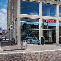 Nederland, Amsterdam, 14 juli 2016.<br /> Een kijkje In de keuken van het familiebdrijf FEBO.<br /> Febo is een snackbarketen in Nederland. De oprichter begon ooit als brood- en banketbakker.<br /> In 1942 werd Maison Febo (oorspronkelijk Bakkerij Febo) opgericht door Johan de Borst (1919-2008). Wat begon als een bakkerswinkel groeide uit tot een automatiek, waar De Borst zelfgemaakte kroketten verkocht.<br /> De naam 'Febo' is afgeleid van de Amsterdamse Ferdinand Bolstraat in de Pijp.<br /> Dagelijks worden de kroketten en burgers nog altijd volgens het authentieke recept van Opa de Borst dagvers bereid. Continu zorgt FEBO ervoor dat de producten nog steeds dezelfde kwaliteit hebben als vroeger.<br /> Dagelijks start FEBO s'ochtends heel vroeg met het maken van een ambachtelijke bouillon gemaakt van verse groenten om vervolgens een ragout te maken van het beste kwaliteitsvlees van 100% Nederlandse runderen uit de buurt. Iedere dag wordt van deze ragout de beroemde FEBO kroket gemaakt. De kroketten zijn dagvers en worden nooit ingevroren.<br /> Op de foto: de vernieuwde FEBO op het Stadion plein.<br /> <br /> Netherlands, Amsterdam, July 14, 2016.<br /> A peek in the kitchen of the family company FEBO.<br /> Febo is a snack bar chain in the Netherlands. The founder started as a baker and confectioner.<br /> In 1942, Maison Febo (originally Bakery Febo) was founded by Johan de Borst (1919-2008). What began as a bakery grew into an automatic, where Johan Borst sold homemade croquettes. <br /> The name 'Febo' derives from the Amsterdam Ferdinand Bolstraat in the Pijp.<br /> The croquettes and meat burgers  are still produced with the authentic recipe of Grandfather Borst and prepared fresh every day. FEBO continuously ensures that the products still have the same quality as before.<br /> FEBO starts very early in the morning with making a bouillon made from fresh vegetables and then make a ragout with the best quality meat of 100% Dutch cattle from the area.  From thi
