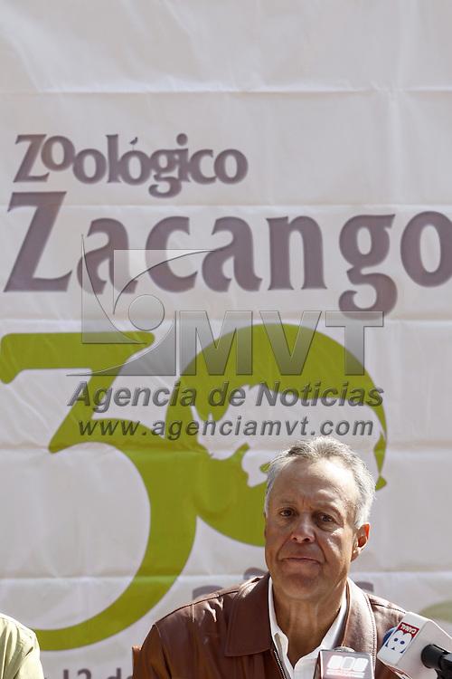 CALIMAYA, México.- Gustavo Cárdenas Monroy, secretario del Medio Ambiente del Estado de México, acompañado por Heriberto Ortega Ramírez, Director General de la CEPANAF y Manlio Nucamendi, Coordinador del Zoológico de Zacango anunciaron el programa para la celebración del 30 Aniversario del zoológico, en el cual se anuncio el regreso de la gorila Arila, que estaba de intercambio en el zoológico de Chapultepec, función de luchas libre, y la apertura del museo del lugar que fue renovado, los días de los festejos serán el 10, 11 y 12 de Diciembre. Agencia MVT / Crisanta Espinosa. (DIGITAL)