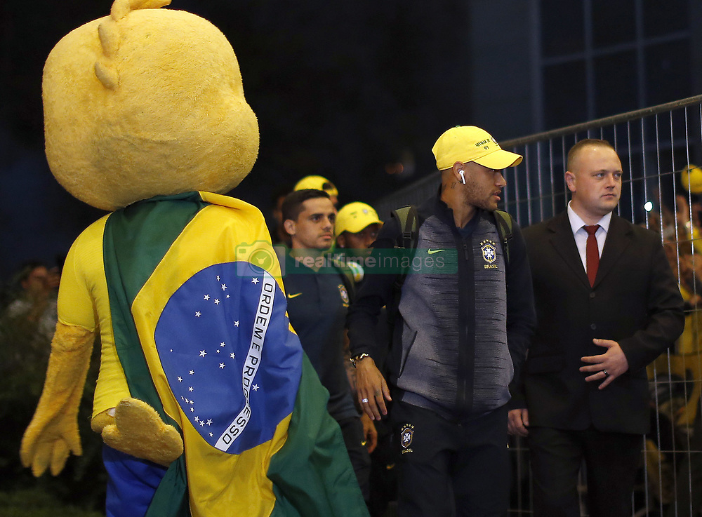 June 25, 2018 - Moscou, Rússia - MOSCOU, MO - 25.06.2018: ARRIVAL OF THE SELECTION IN MOSCOW - Neymar of the Brazilian Soccer Team arrives with a crowd at the door of the Renaissance hotel in Moscow, this Monday (25) (Credit Image: © Rodolfo Buhrer/Fotoarena via ZUMA Press)
