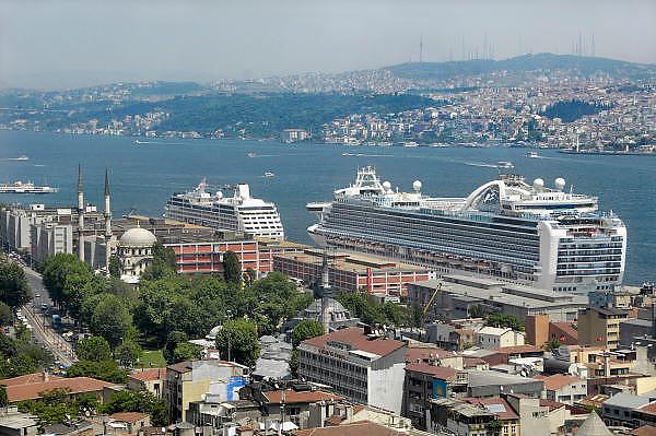 Turkije, Istanbul, 2-6-2011Cruiseschip in de haven van Istanboel. Varend hotel. Cruises door de Middelandse zee. Ruby Princess. Voor deze gigant ligt een kleiner cruiseschip, de Azamara quest.Cruiseship in the harbour of Istanbul. Floating hotel.Foto: Flip Franssen