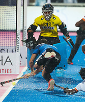 BHUBANESWAR -  Hockey World League finals , Semi Final . Argentina v India. Lucas Vila (Arg) met keeper Suraj Karkera (Ind) .COPYRIGHT KOEN SUYK