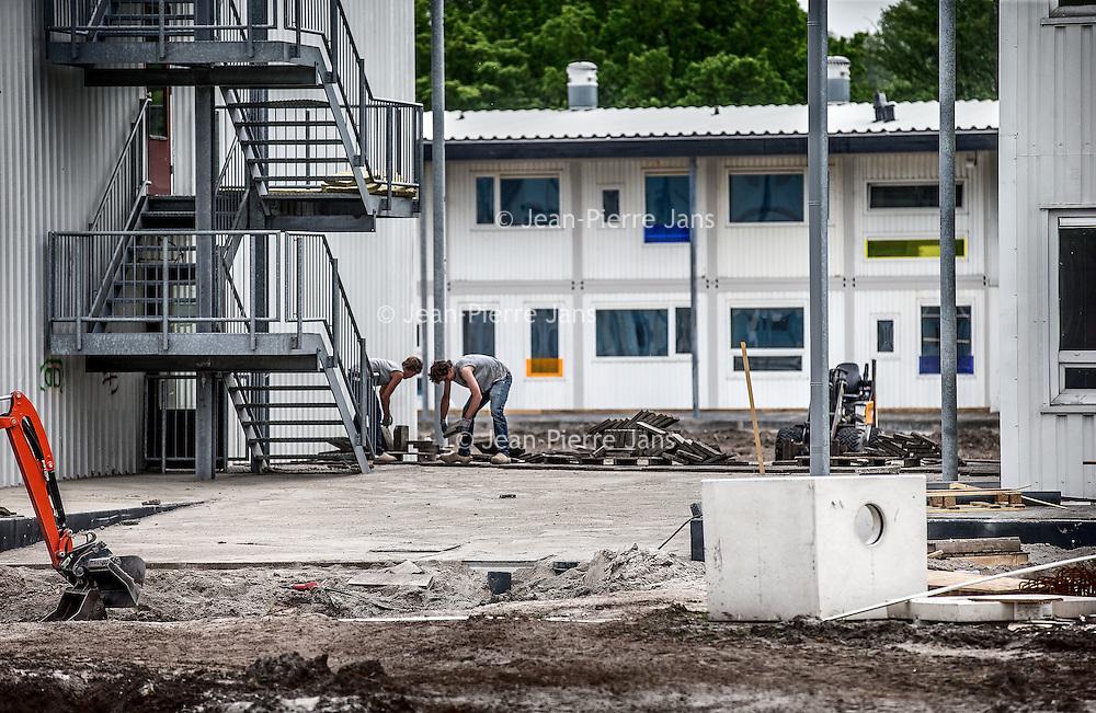 Nederland, Amsterdam, 10 mei 2016.<br /> Op voormalige sportpark Riekerhaven worden woningen gebouwd voor zo'n 500 studenten en  jonge vluchtelingen.<br /> <br /> On former sportspark Riekerhaven houses will be built for about 500 students and young refugees.<br /> <br /> Foto: Jean-Pierre Jans
