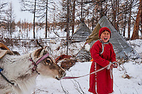 Mongolie, province de Khovsgol, les Tsaatans, éleveurs des rennes, campement en hiver des Tsaatan, jeune garçon appelant ses rennes // Mongolia, Khovsgol province, the Tsaatan, reindeer herder, the winter camp, young boy crying to call his reindeers