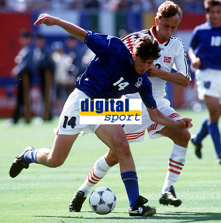 Fotball. Verdensmesterskap. VM 1994.<br /> Norge v Italia.<br /> Nicola Berti, Italia.<br /> Lars Bohinen, Norge.<br /> Foto: Robin Parker, Digitalsport