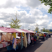 NLD/Huizen/20050611 - Bottermarkt haven Huizen.stil, lege kraampjes