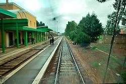 Le Ferrovie del Sud Est nascono in Puglia, nell'ottobre del 1931. A questà nuova società veniva dato in concessione l'insieme delle reti ferroviarie precedentemente gestite da diversi organismi (Società per le Ferrovie Salentine, Società per le Ferrovie Sussidiate, Ferrovie dello Stato)..Le aree pugliesi attraversate dalla società ferroviaria sono l'area barese, la fascia Taranto-Brindisi e l'area leccese-salentina, collegando fra loro i capoluoghi di Bari, Taranto e Lecce, nonché oltre 130 comuni delle province meridionali..Il reportage fotografico sulle Ferrovie Sud Est intende testimoniare l'evoluzione tecnologica che, durante gli anni, ha modificato e migliorato il servizio ferroviario e la convivenza del progresso con tracce del passato, attraverso un viaggio tra le stazioni e i depositi..Arrivo nella stazione di Casamassima.