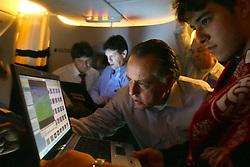 O presidente Fernando Carvalho revê imagens dos jogos do Japão durante voô de volta ao Brasil. FOTO: Jefferson Bernardes/Preview.com