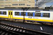 Nederland, Utrecht, 5-3-2019Zicht op een andere trein, een sprinter van de ns, vanuit een treincoupe. Foto: Flip Franssen