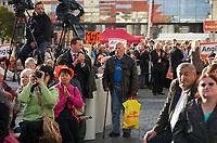 DEU, Deutschland, Germany, Magdeburg, 17.09.2013:<br />Ein Mann mit Gehstock und einer Netto-Plastiktüte verfolgt die Rede von Bundeskanzlerin Dr. Angela Merkel (CDU) bei einer Wahlkampfveranstaltung der CDU auf dem Alten Markt.