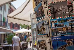 THEMENBILD - Postkarten vor einem Geschäft, aufgenommen am 28. Juli 2018, Sirmione, Italien // Postcards in front of a shop on 2018/07/28, Sirmione, Italy. EXPA Pictures © 2018, PhotoCredit: EXPA/ Stefanie Oberhauser