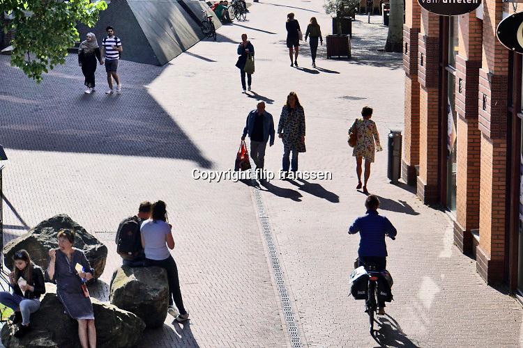 Nederland, Nijmegen, 26-4-2020 De binnenstad van Nijmegen is zo goed als leeg . Het is duidelijk rustiger en stiller in de straten, winkelstraten van het centrum in de stad . Mensen blijven thuis om zo min mogelijk risico te nemen ivm het corona virus . Bij winkels die geopend zijn hebben ondernemers maatregelen getroffen om anderhalve meter afstand te houden . Terrassen zijn gesloten . Foto: Flip Franssen