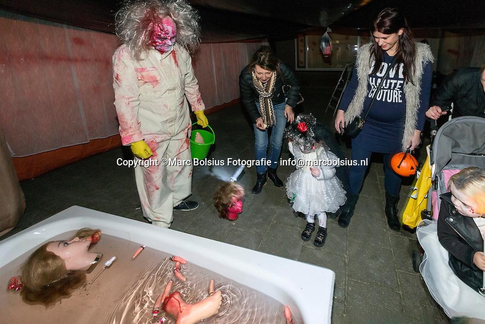 Nederland, Den Bosch, kinderen en ouders liepen een scary tocht door de Bartjes
