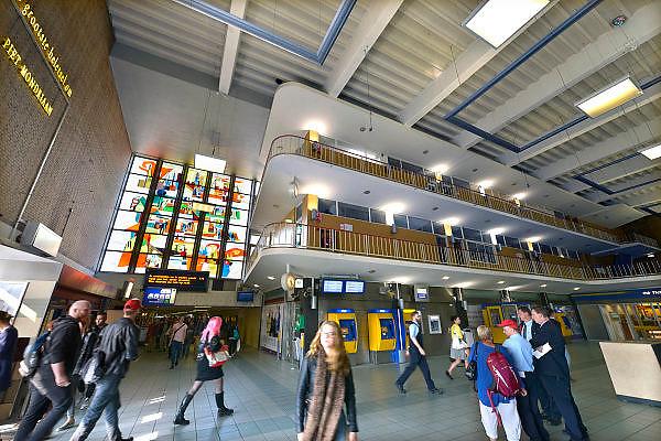 Nederland, Eindhoven, 9-9-2015Interieur van de hal, stationshal, van het station van de stad Eindhoven.  Het station heeft de vorm van een transistorradio uit de vijftiger jaren.FOTO: FLIP FRANSSEN/ HOLLANDSE HOOGTE