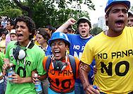 Un grupo de personas participan hoy, 07 de noviembre de 2007, en Caracas, durante una marcha realizada por estudiantes universitarios en rechazo al proyecto de reforma constitucional impulsado por el presidente venezolano, Hugo Chavez, que sera sometido a referendo en diciembre proximo. (ivan gonzalez)