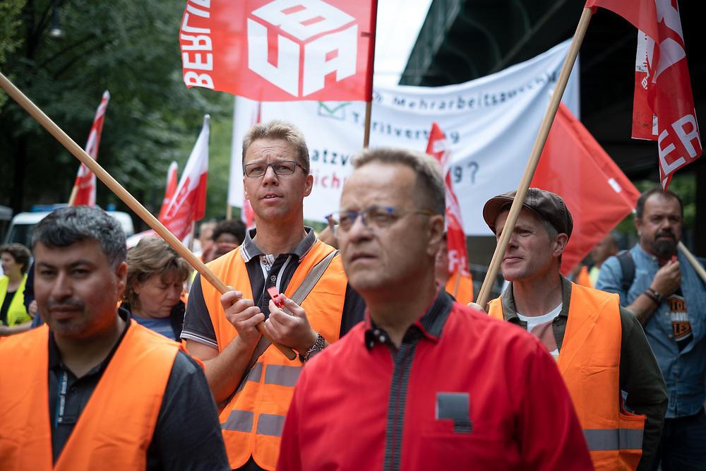 An die 80 Reinigunskräfte der Gebäudereinigunsbrache protestieren in Berlin während der fünften Verhandlungsrunde des Rahmentarifvertrags im Gebäudereiniger-Handwerk. Die Berliner Reinigungskräfte fordern auf der Demonstration von IG Bau einen verbesserten Rahmentarifvertrag mit Weihnachtsgeld, 30 Tage Urlaub, gerechte Eingruppierung und Überstundenzuschläge für alle.  <br /> <br /> [© Christian Mang - Veroeffentlichung nur gg. Honorar (zzgl. MwSt.), Urhebervermerk und Beleg. Nur für redaktionelle Nutzung - Publication only with licence fee payment, copyright notice and voucher copy. For editorial use only - No model release. No property release. Kontakt: mail@christianmang.com.]