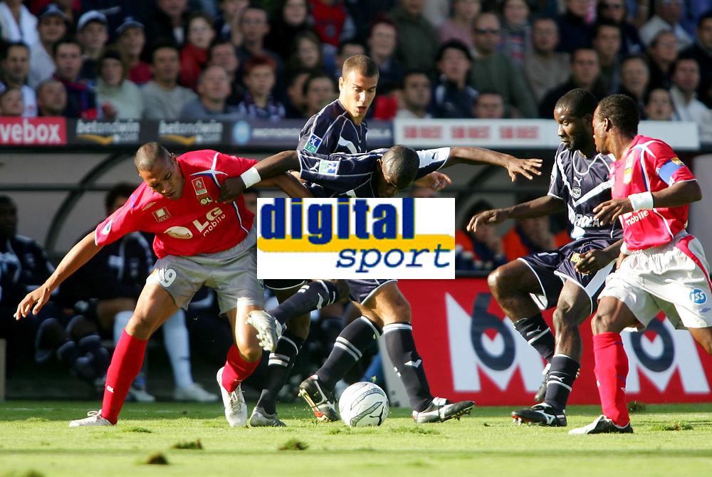 Fotball<br /> Frankrike 2005/2006<br /> Foto: Panoramic/Digitalsport<br /> NORWAY ONLY<br /> <br /> Rio Antonio MAVUBA contre John CAREW - Bordeaux / Lyon - 17.09.2005