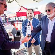 El Consejo Regulador de la Denominación de Origen de Vinos de Alicante entrega a Xabi Fernández un Fontillón Aniversario.