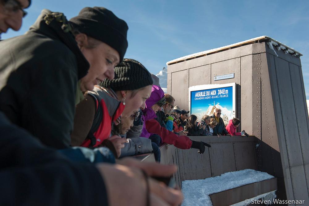 TOURISTES REGARDENT DES BASE JUMBER ET WINGSUITERS  SAUTER DE L AIGUILLE DU MIDI (3800 M)
