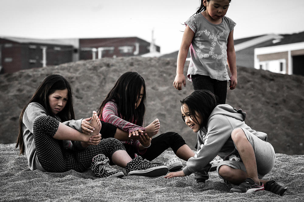 When i just arrive in Inukjuak in 2015, I took that picture. Those girls were playing on the beach and cleaning the sand from there toes.