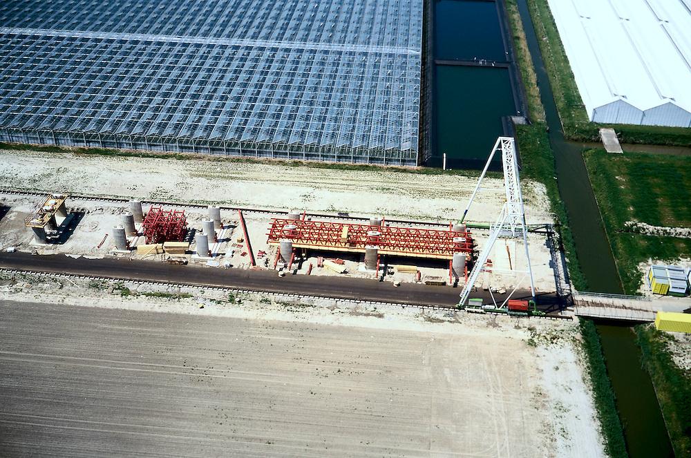 Nederland, Bleiswijk, Klappolder, 17/05/2002; de HSL doorsnijdt het glastuinbouwgebied en grote kassen complexen moeten deels worden gesloopt; ivm vele lokale wegen, sloten ed komt de HSL op kolommen te lopen; verkeer en vervoer, infrastructuur, bouwen, spoor, rail, TGV planologie ruimtelijke ordening, landschap tuinbouw.(detail foto zie ook overzicht van deze lokatie);<br /> luchtfoto (toeslag), aerial photo (additional fee)<br /> foto /photo Siebe Swart