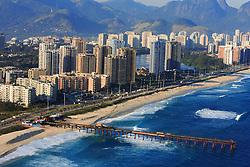 É a praia urbana de maior extensão no Rio de Janeiro. São quilômetros de praia que possibilitam a prática de esportes aquáticos (ideal para o windsurfe). No início, localiza-se a Praia do Pepê, ponto de encontro de pessoas jovens e mulheres bonitas. Pepê era o nome de um dos maiores atletas de esportes radicais do Brasil, morto num acidente de asa-delta. O mar da Barra costuma ser traiçoeiro e é bom ter cuidado. Vale a pena experimentar um dos sanduíches naturais da Barraca do Pepê.<br /> FOTO: Jefferson Bernardes/Preview.com