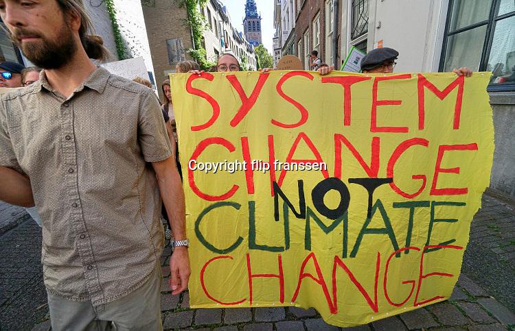 Nederland, Nijmegen, 21-9-2019 World Cleanup Day . Door de binnenstad van Nijmegen trekt een demonstratie van vooral jonge demonstranten om te pleietn voor een beter en  klimaatbeleid. minder consumptie en plastic .Climate March voor het behoud van de aarde en een goed leefmilieu .Foto: Flip Franssen