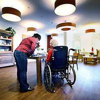 Nederland, Amsterdam , 4 juni 2013.<br /> Gemeenschappelijke ruimte in het gerenoveerde gedeelte van Slotervaart verpleeghuis.<br /> Verpleeghuis Slotervaart is door de inspectie voor de Gezondheidszorg onder verscherpt toezicht geplaatst.<br /> Afgelopen november schreef de inspectie een vernietigend rapport over de Cordaaninstelling na een onaangekondigd bezoek. De zorg was onder de maat, er waren heel veel wisselingen bij de management geweest ende bezetting was niet goed. Er werd verbetering geeist: een en ander moest half maart op orde zijn. Dat bleek begin mei nog niet het geval. Ook de grootschalige verbouwing zou tot veel onrust kunnen leiden voor de bewoners.<br /> Het verpleeghuis naast het Slotervaartziekenhuis in Amsterdam West, waar demente ouderen, chronisch zieken en revaliderende patienten wonen had de afgelopen jaren al vaker problemen.<br /> De zorg blijft ondermaats. Verbeteringen na vernietigend rapport nog niet voldoende.<br /> A common room in the renovated part of Slotervaart nursing home in Amsterdam West. The care remains poor.