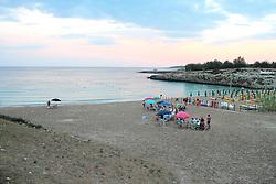 Spiaggia di sabbia e rocce con sentiero, località Saturo, Taranto
