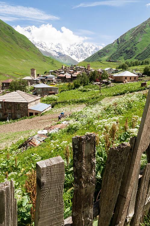 Georgie, région Haute-Svanetie, village de Ouchgouli à 2130 mètres, derrière est le Mont Chkhara point culminant du pays à 5193 mètres // Georgia, Hight Svanezia region, Ushguli village localised at 2130 meters, in background thier the Chkhara Mount at 5193 meters