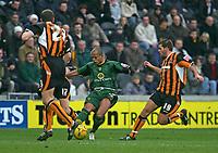 Photo: Andrew Unwin.<br />Hull v Norwich City. Coca Cola Championship. 11/02/2006.<br />Norwich's Robert Earnshaw (C) attacks.