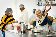 Osasco_SP, Brasil..Projeto Incubando empreendimentos populares, tecendo uma estrategia de desenvolvimento socioeconomico justo apoioados pela Prefeitura de Osasco, Sao Paulo. Na foto aula de culinaria...Popular Incubates project, creating a strategy for socio-economic development in the city of Osasco, Sao Paulo. In this photo cuisine class...Foto: BRUNO MAGALHAES / NITRO