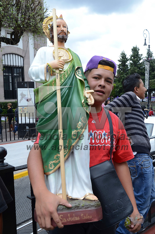 Toluca, México.- Cientos de creyentes se dieron cita en la iglesia de la Santa Veracruz, en el Centro Histórico de la capital mexiquense, donde celebraron la fiesta anual de San Judas Tadeo, uno de los más populares y queridos entre los fieles católicos. Agencia MVT / Arturo Hernández.