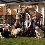 Dierendag 2001, paarden en honden in de tuin Aletta Jacoblaan 10 Huizen fam. Kraamer